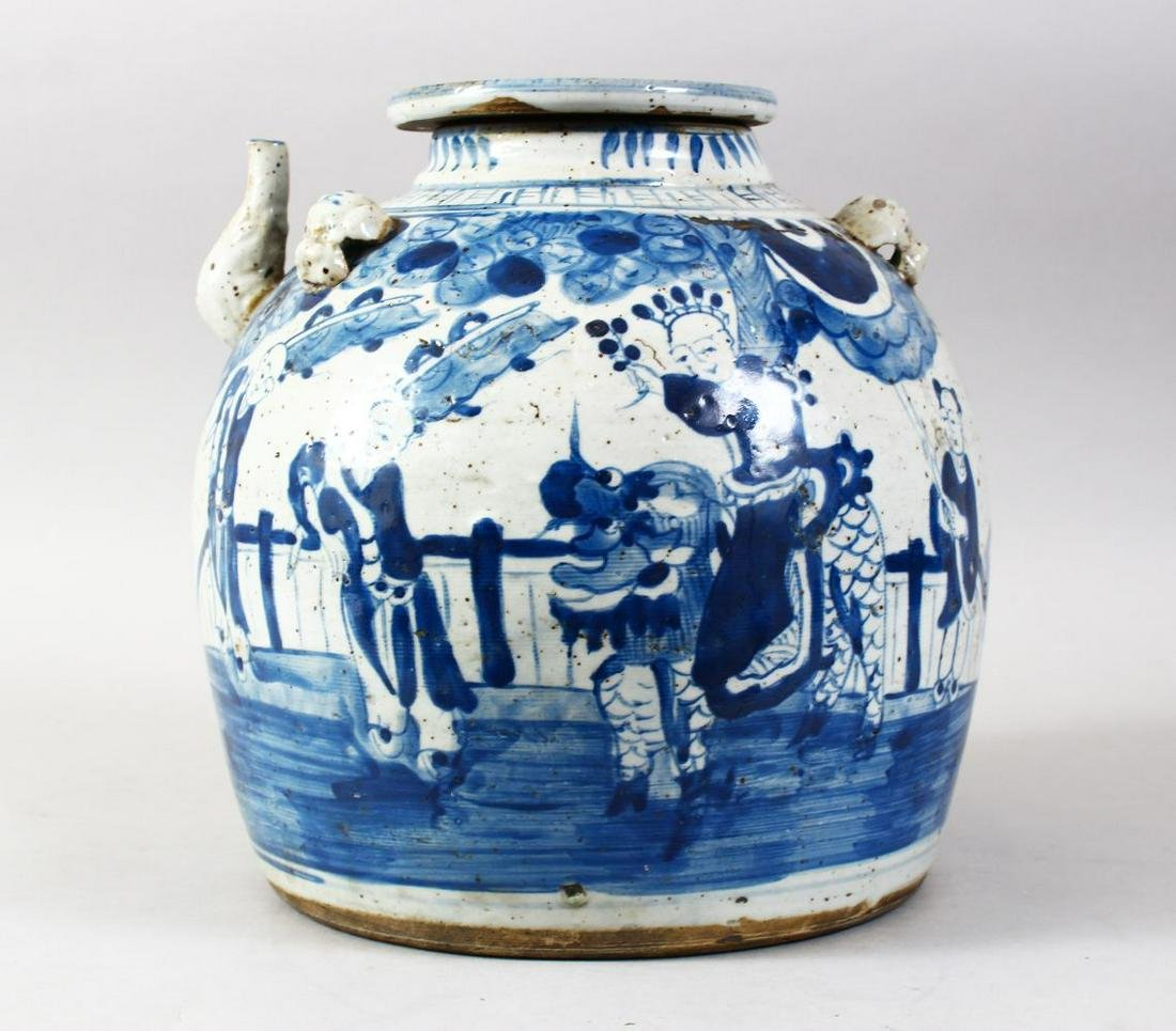 A LARGE CHINESE BLUE & WHITE PORCELAIN OIL POT & COVER,
