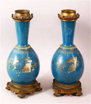 A PAIR OF 19TH CENTURY CHINESE PORCELAIN BOTTLE VASES /