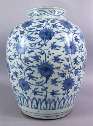 A CHINESE MING DYNASTY BLUE & WHITE PORCELAIN JAR /