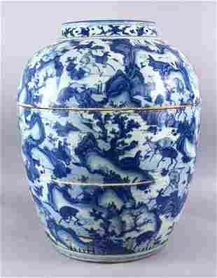 A LARGE CHINESE MING DYNASTY BLUE & WHITE PORCELAIN
