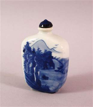 A CHINESE PORCELAIN BLUE AND WHITE SNUFF BOTTLE