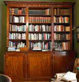 A GOOD GEORGE III MAHOGANY STANDING BOOKCASE with