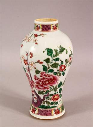 A CHINESE FAMILLE ROSE PORCELAIN VASE - decorated with
