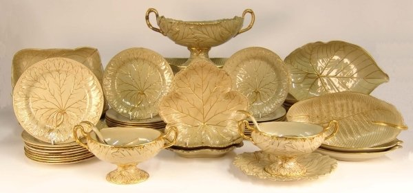 605: A WEDGWOOD GREEN AND GOLD LEAF PATTERN DINNER SERV