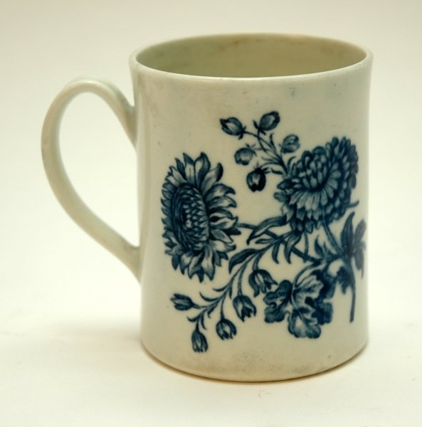 33: A WORCESTER BLUE AND WHITE MUG decorated with two p