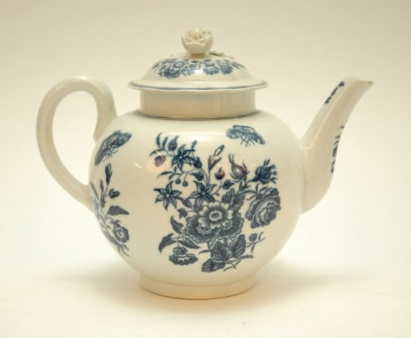 35: A WORCESTER BLUE AND WHITE GLOBULAR TEA POT AND COV