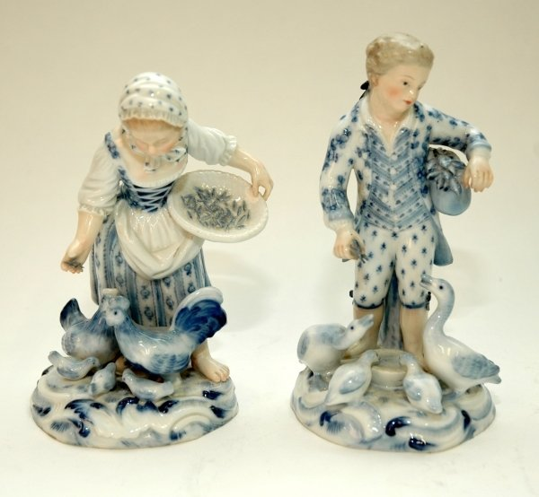 45: A VERY GOOD PAIR OF MEISSEN BLUE AND WHITE GROUPS,