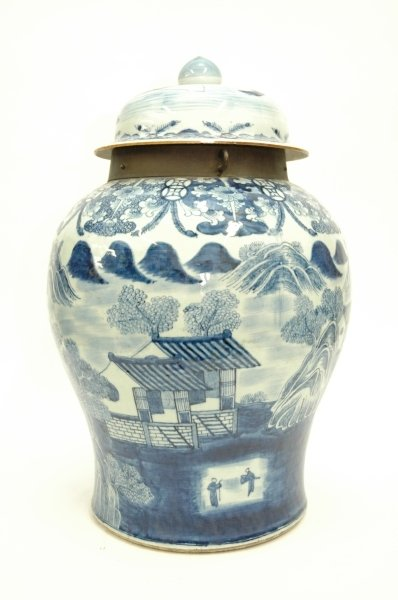 199: A LARGE 18TH CENTURY CHINESE BLUE AND WHITE GINGER