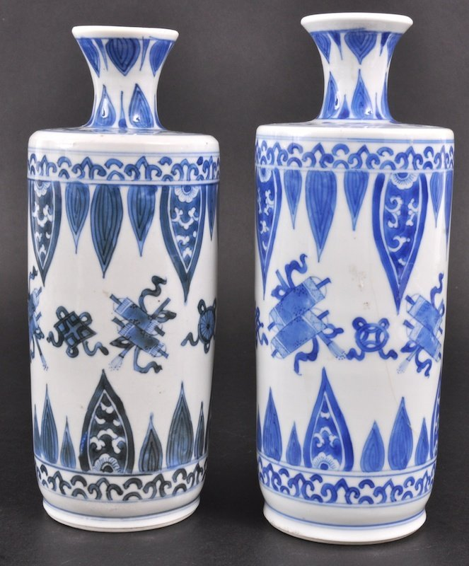 8: A NEAR PAIR OF EARLY 18TH CENTURY CHINESE BLUE AND W