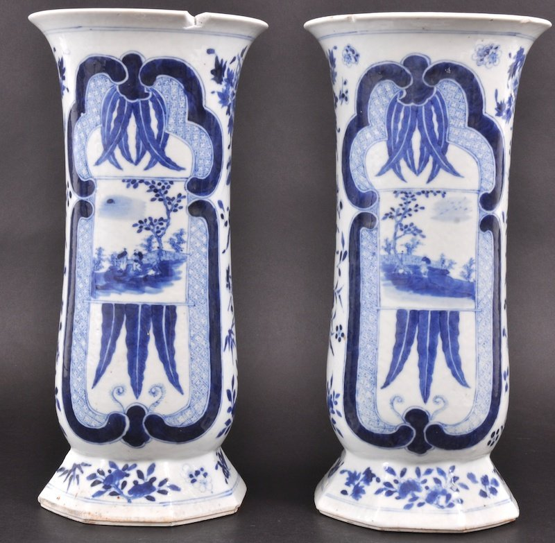 16:  A PAIR OF EARLY 19TH CENTURY CHINESE BLUE AND WHIT