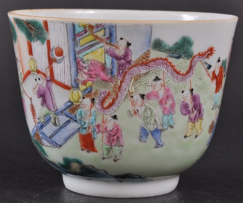 536:  A 19TH CENTURY CHINESE PORCELAIN ENAMELLED TEABOW