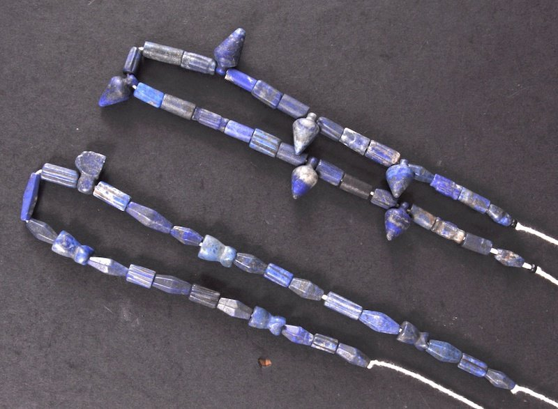 10: AN EGYPTIAN NEW KINGDOM PERIOD LAPIS NECKLACE.