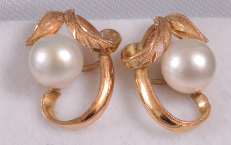 193: A PAIR OF GOLD AND PEARL EAR STUDS.