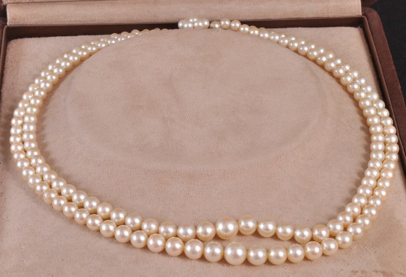 195: A DOUBLE GRADUATED ROW OF CULTURED PEARLS with 9ct
