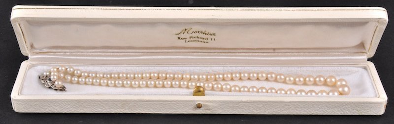 196: A 16-INCH GRADUATED ROW OF CULTURED PEARLS with 9c