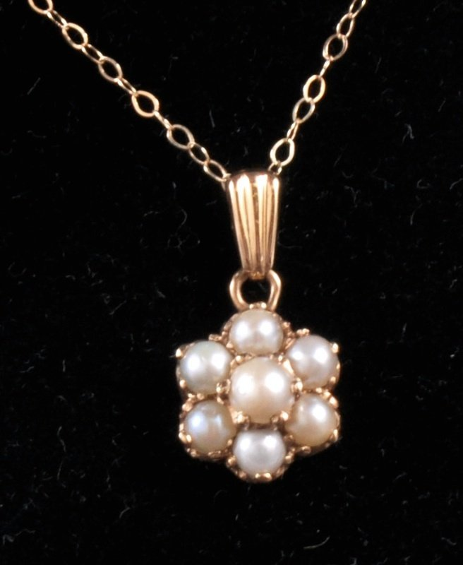 208: A 9CT GOLD CULTURED PEARL CLUSTER PENDANT on a fin