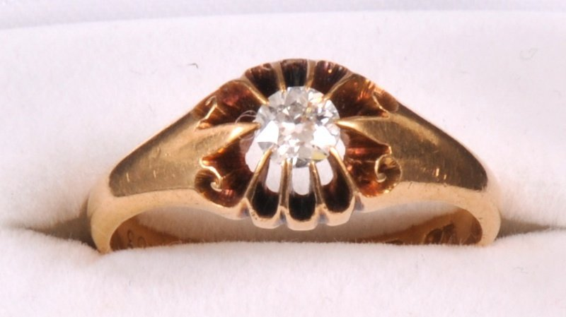 211:   AN 18CT YELLOW GOLD DRESS RING, claw set with an