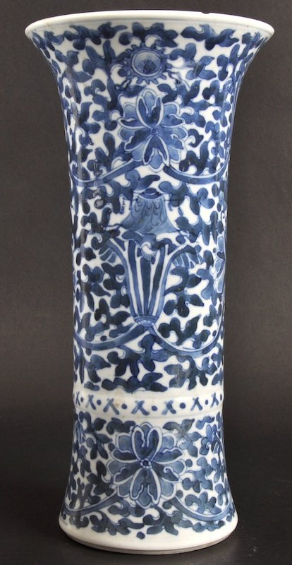 8:   A LATE 19TH CENTURY CHINESE BLUE AND WHITE VASE be