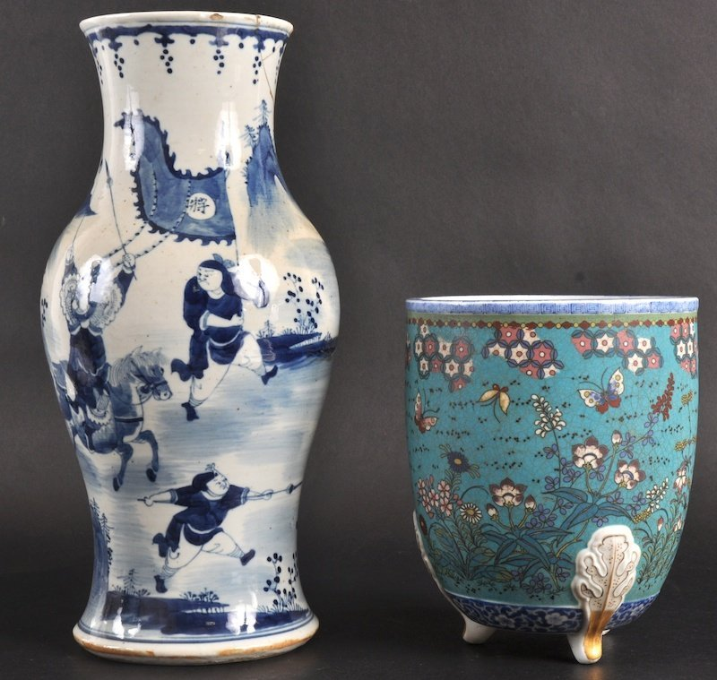 15:   A 19TH CENTURY CHINESE BLUE AND WHITE BALUSTER VA
