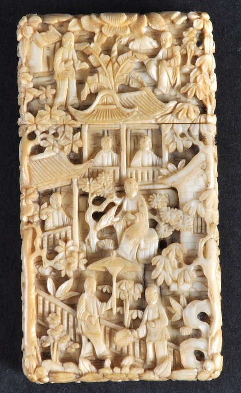 409:   A 19TH CENTURY CHINESE CANTON IVORY CARD CASE AN