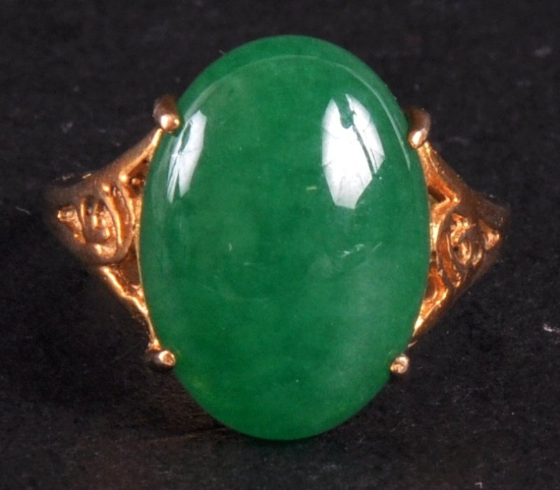 69: A CHINESE YELLOW GOLD AND GREEN APPLE JADE RING. Si