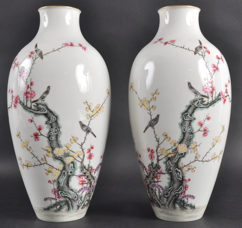 321:  A LOVELY PAIR OF CHINESE PORCELAIN ENAMELLED VASE