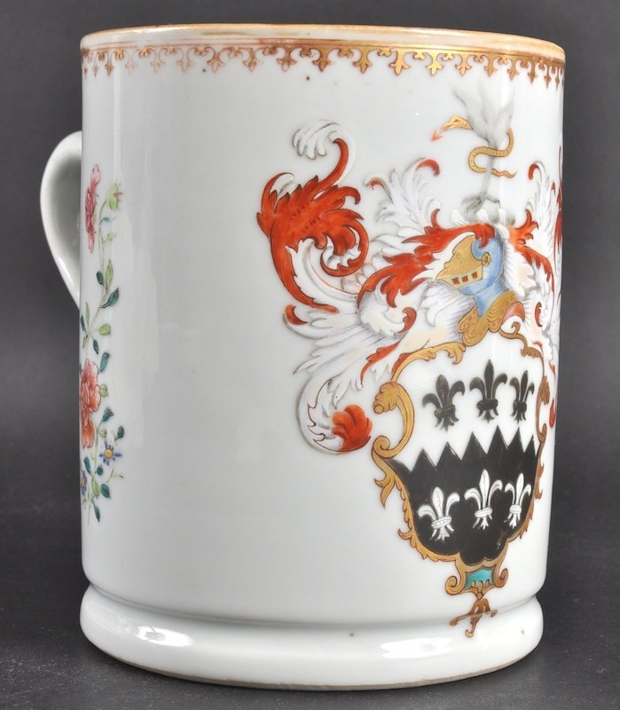 422:  AN 18TH CENTURY CHINESE EXPORT PORCELAIN ARMORIAL