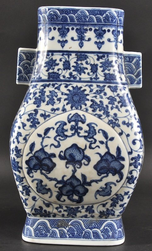 9:  AN EARLY 20TH CENTURY CHINESE PORCELAIN 'HU' VASE b