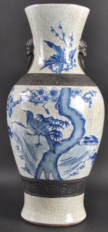 20: AN EARLY 20TH CENTURY CHINESE BLUE AND WHITE CRACKL