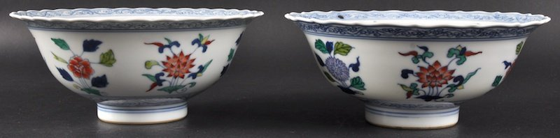 80:  A PAIR OF CHINESE PORCELAIN ENAMELLED SCALLOPED BO