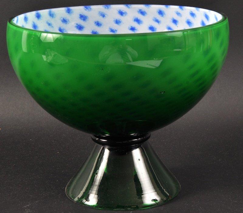 1005: A CZECHOSLOVAKIAN GREEN CIRCULAR PEDESTAL BOWL, t