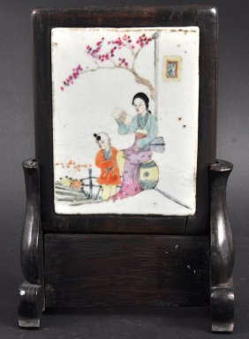 19: A CHINESE REPUBLICAN PERIOD PORCELAIN TABLE SCREEN