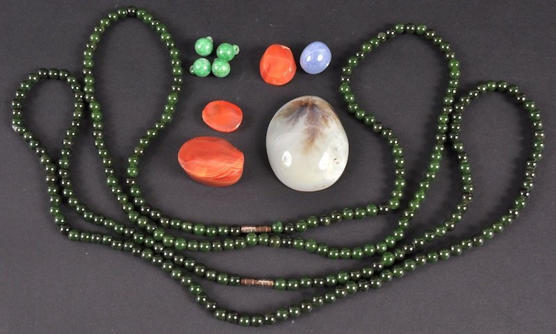22:  AN EARLY 20TH CENTURY CHINESE GREEN HARDSTONE BEAD