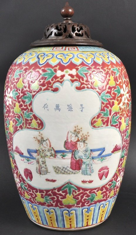 24:  A 19TH CENTURY CHINESE PORCELAIN ENAMELLED BALUSTE