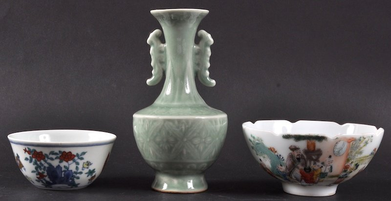 3:  AN EARLY 20TH CENTURY CHINESE GREEN CELADON VASE be