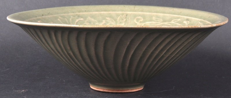 18: AN EARLY 20TH CENTURY CHINESE GREEN CELADON FLARED