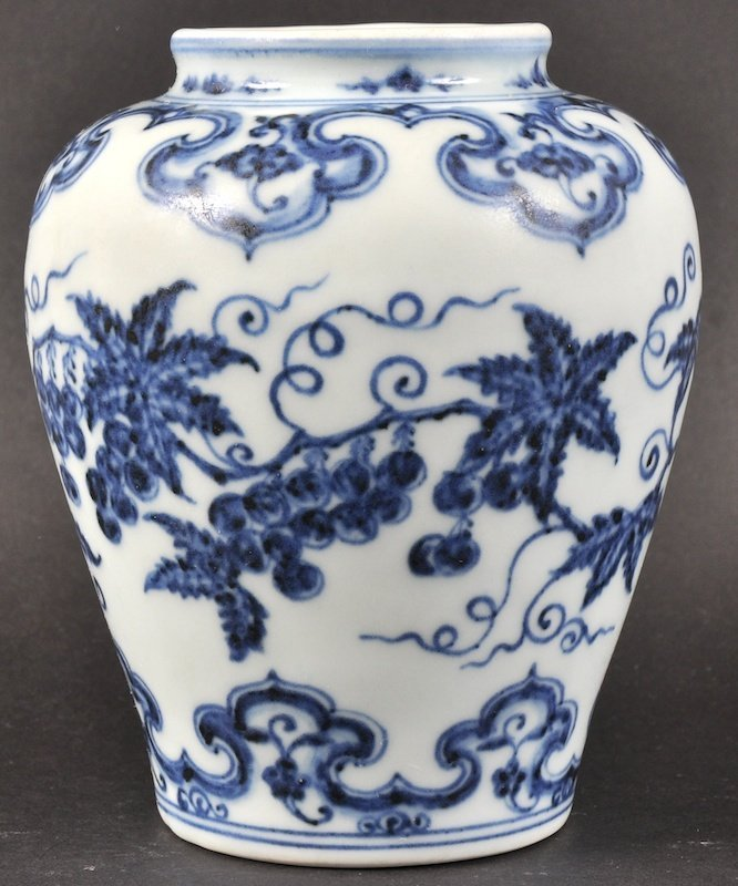 A FINE EARLY CHINESE BLUE AND WHITE PORCELAIN 'GRAPE'
