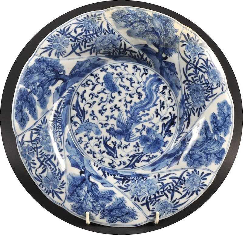 AN EARLY 18TH CENTURY CHINESE BLUE AND WHITE SCALLOPED