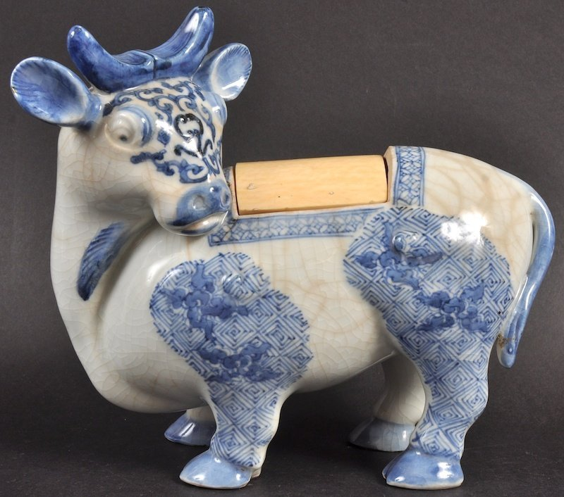 A 19TH CENTURY CHINESE BLUE AND WHITE INCENSE BURNER be