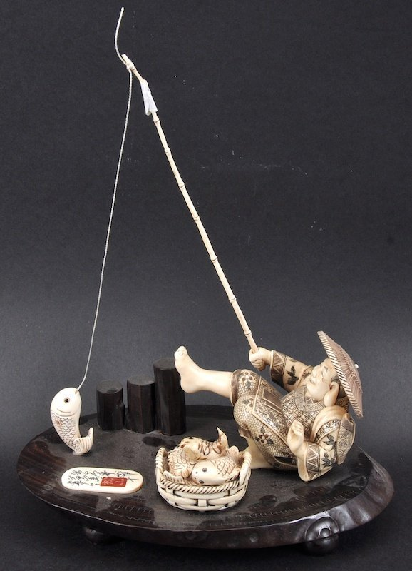 AN EARLY 20TH CENTURY JAPANESE MEIJI PERIOD IVORY OKIMO