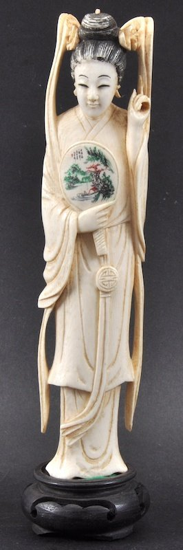 AN EARLY 20TH CENTURY CHINESE CARVED IVORY FIGURE OF GU