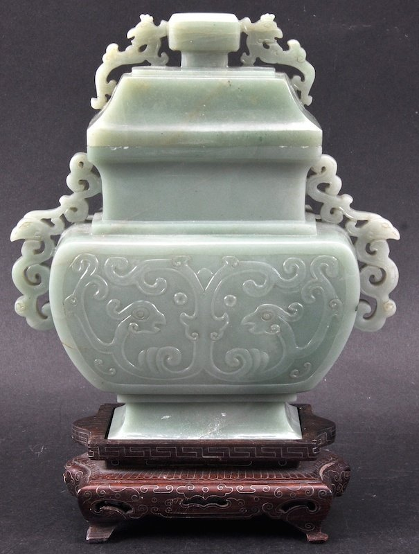 AN EARLY 20TH CENTURY CHINESE GREEN JADE VASE AND COVER