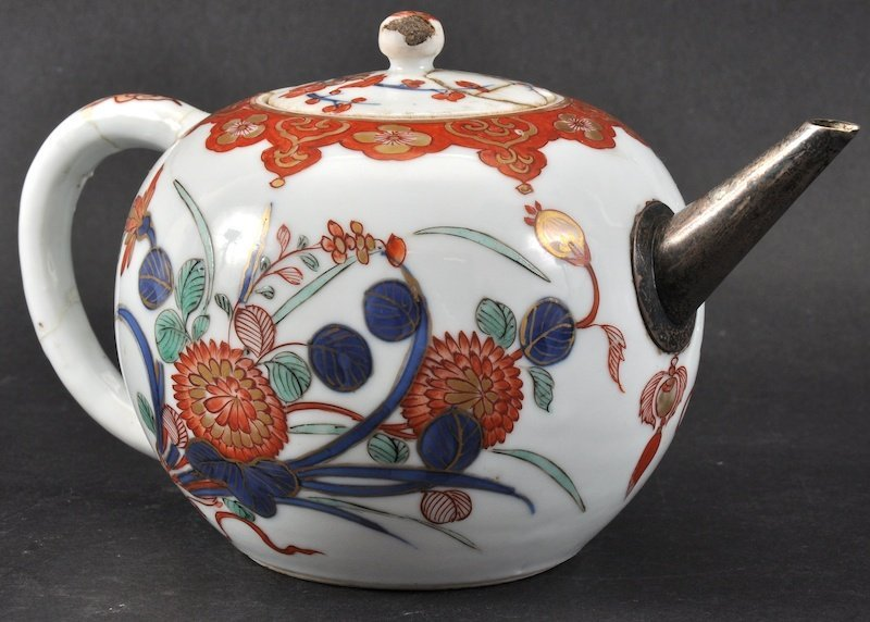 AN 18TH CENTURY CHINESE EXPORT TEAPOT AND COVER painted