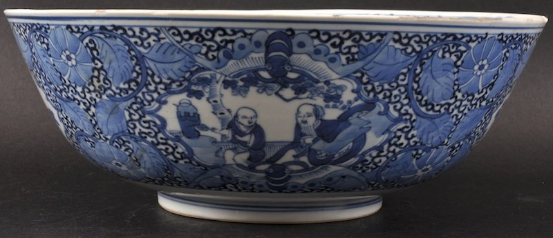 AN EARLY 19TH CENTURY CHINESE BLUE AND WHITE BOWL beari