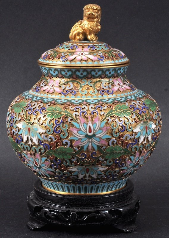 AN EARLY 20TH CENTURY CHINESE CLOISONNE ENAMEL GINGER J