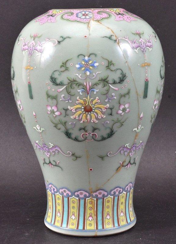 A 19TH CENTURY CHINESE GREEN CELADON ENAMELLED VASE Dao