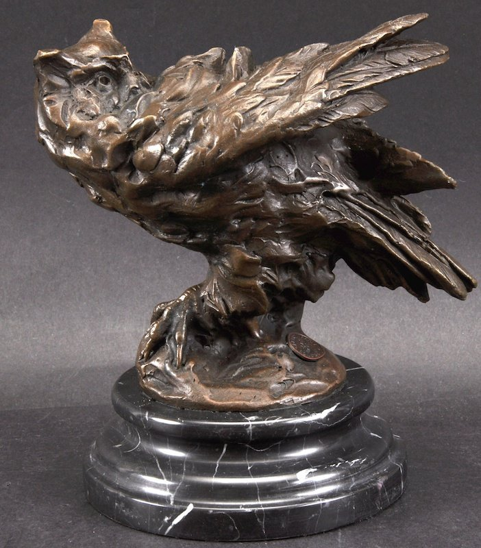 AFTER MILO A SMALL BRONZE FIGURE OF AN OWL. 6.5ins high