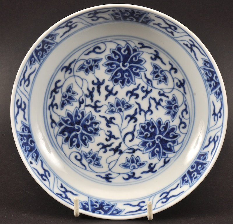 AN EARLY 20TH CENTURY CHINESE BLUE AND WHITE SAUCERDISH