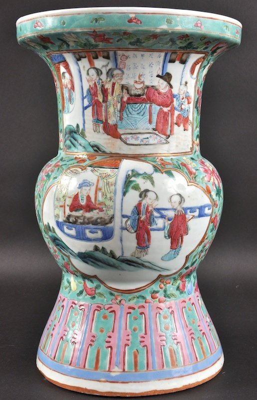 A 19TH CENTURY CHINESE CANTON FAMILLE ROSE BEAKER VASE