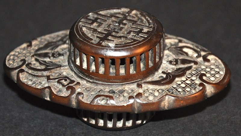 AN EARLY 20TH CENTURY CHINESE CARVED HORN CRICKET CAGE